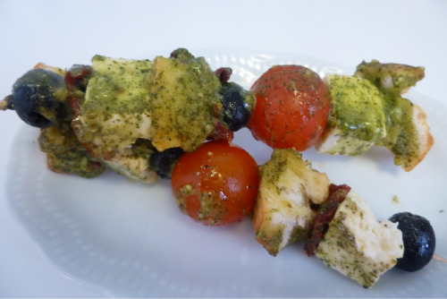 brochetas de queso feta al pesto