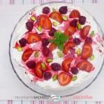 Pavlova de frutas rojas y pistachos