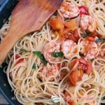 Espagueti con gambones y tomate fresco