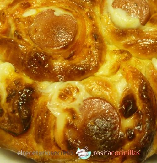 Brioche de salchichas, jamón y queso