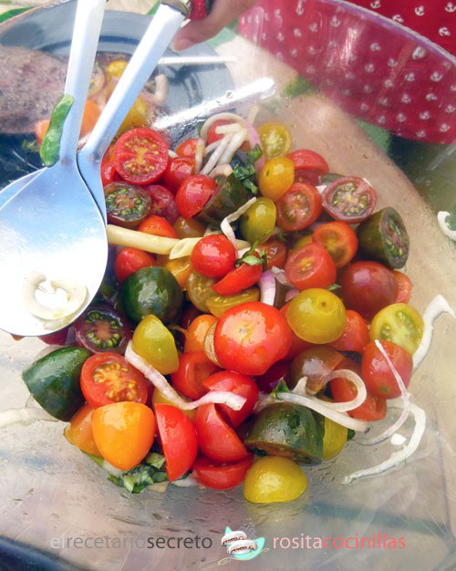ensalada de tomatitos cherry y cebolla roja