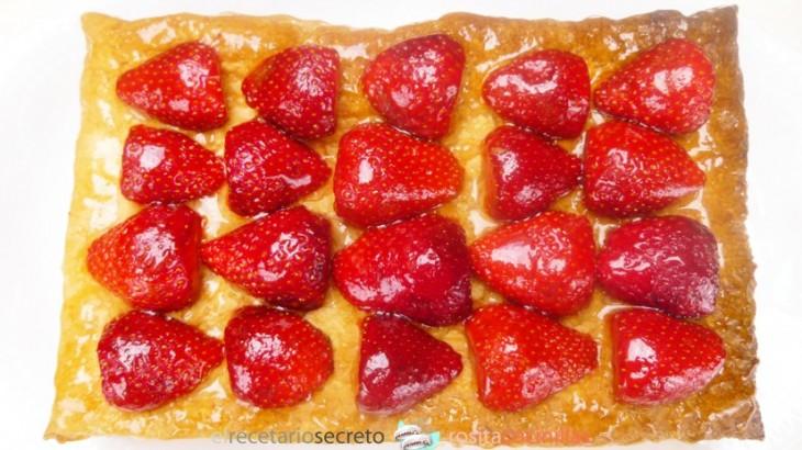 Tarta de hojaldre con fresas y nata